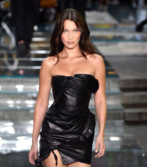 Bella Hadid w czarnej sukience imitującej skóre od Versace