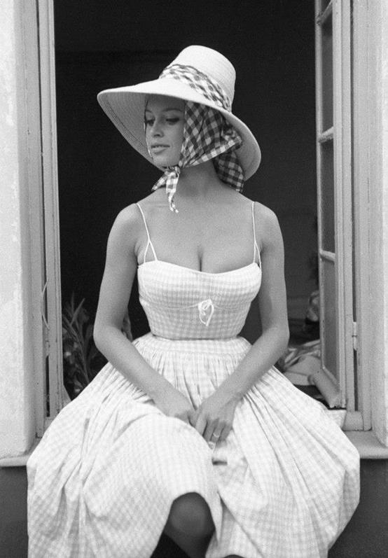 Brigitte Bardot w sukience w kratkę i kapeluszu