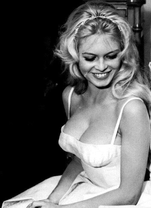 Brigitte Bardot w sukience z głębokim dekoltem
