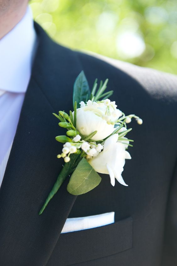 Ozdobny bukiecik weselny z białych kwiatów do butonierki.