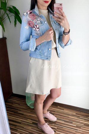 Stylizacja sukienka beżowa i katana jeansowa w kwiaty i koronkę