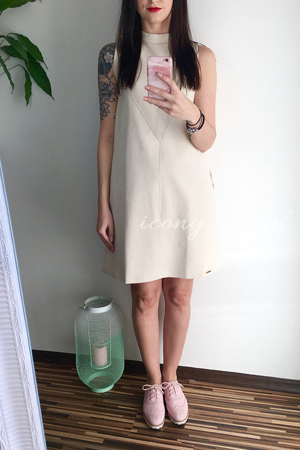 Sukienka beżowa w kształcie trapezu pomieści każdy brzuszek.