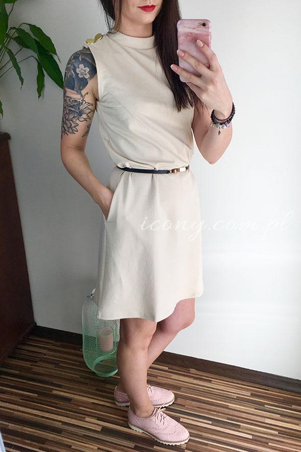 Sukienka beżowa z ozdobnymi guzikami na ramieniu