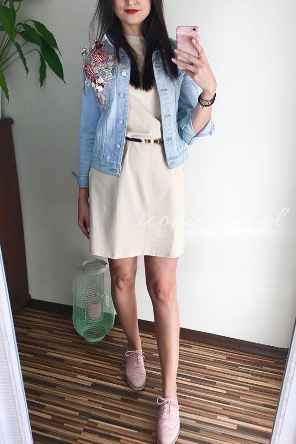 Sukienka beżowa w stylizacji z kurtką jeansową w kwiaty