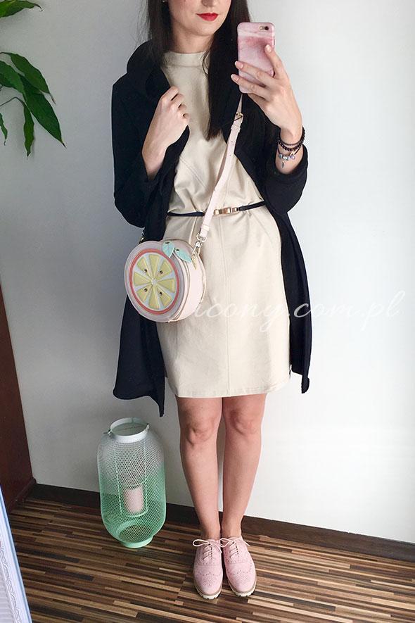 Sukienka beżowa w stylizacji z czarną narzutką oraz okrągłą torebką