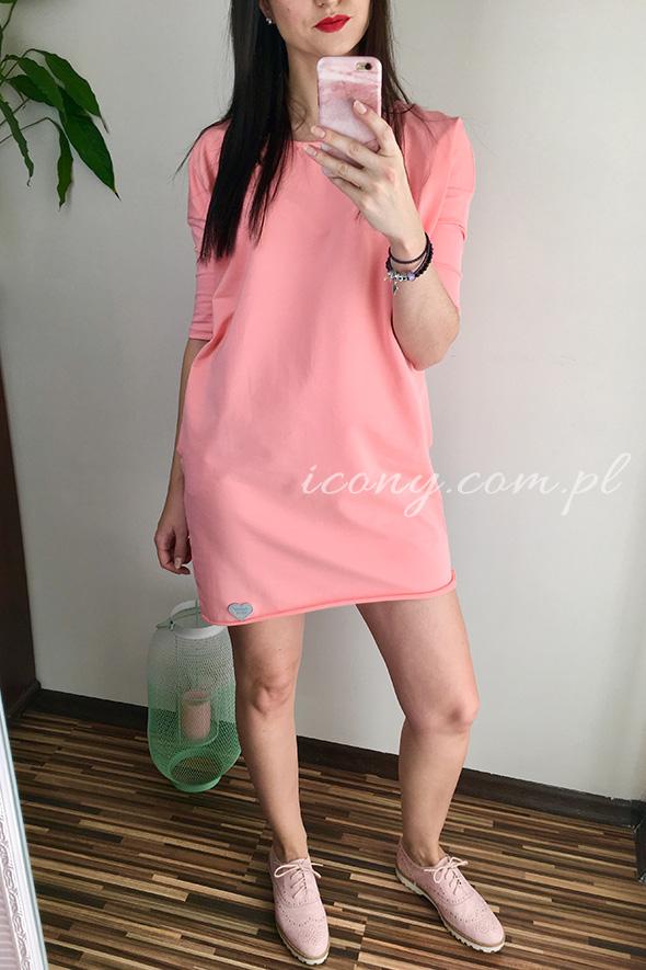 Sukienka oversize w kolorze brzoskwiniowym, rękaw 3/4, na plecach dekolt.
