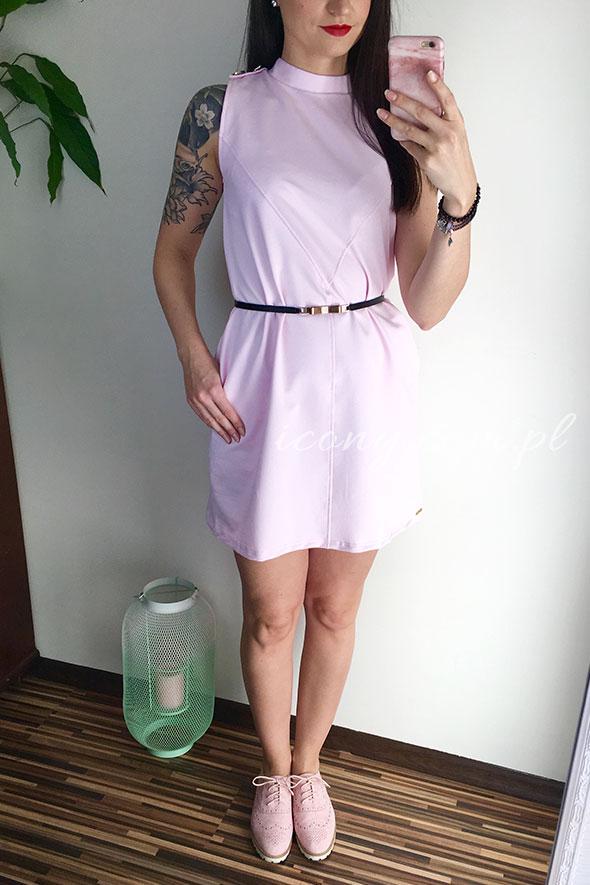 Sukienka różowa z paskiem w talii
