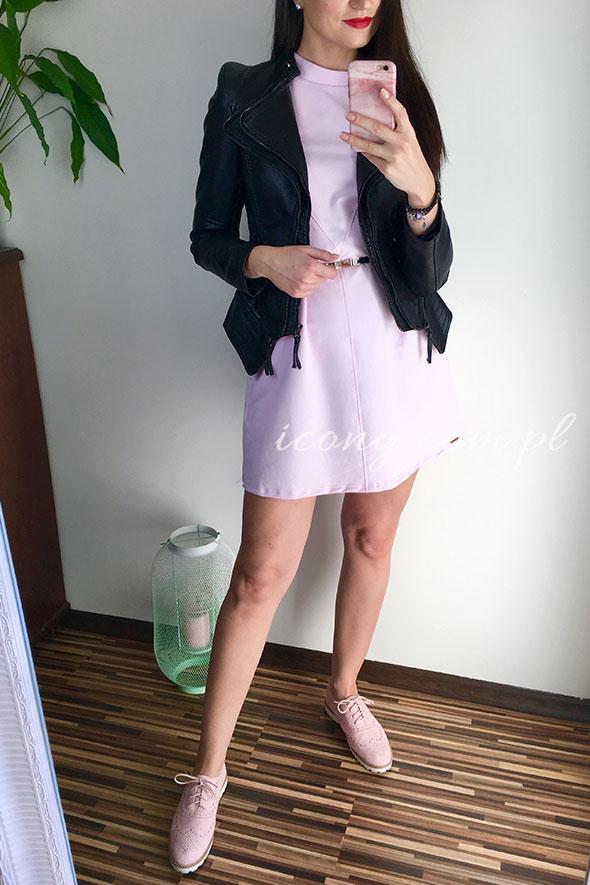 Sukienka różowa w zestawieniu z czarną ramoneską