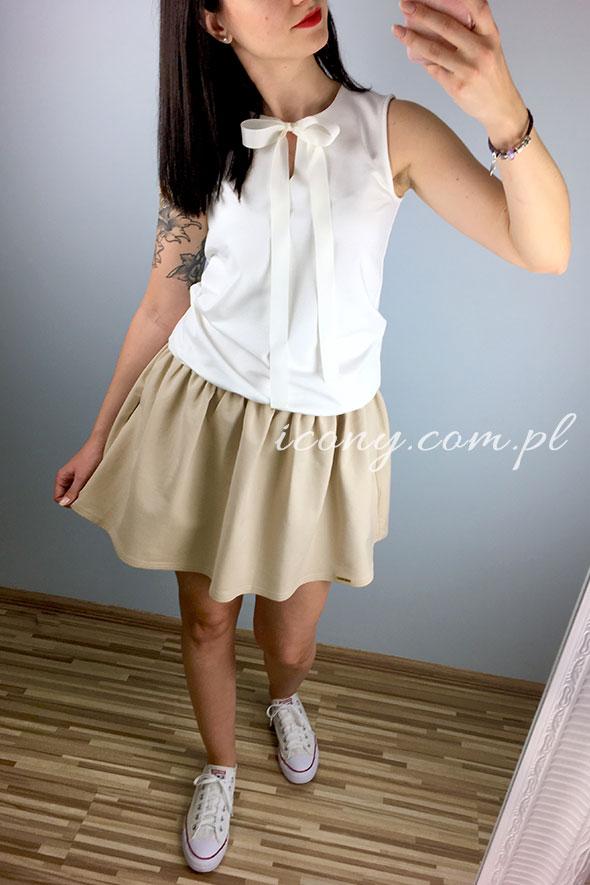 Letnia sukienka z kieszeniami w kolorze biało-beżowym.