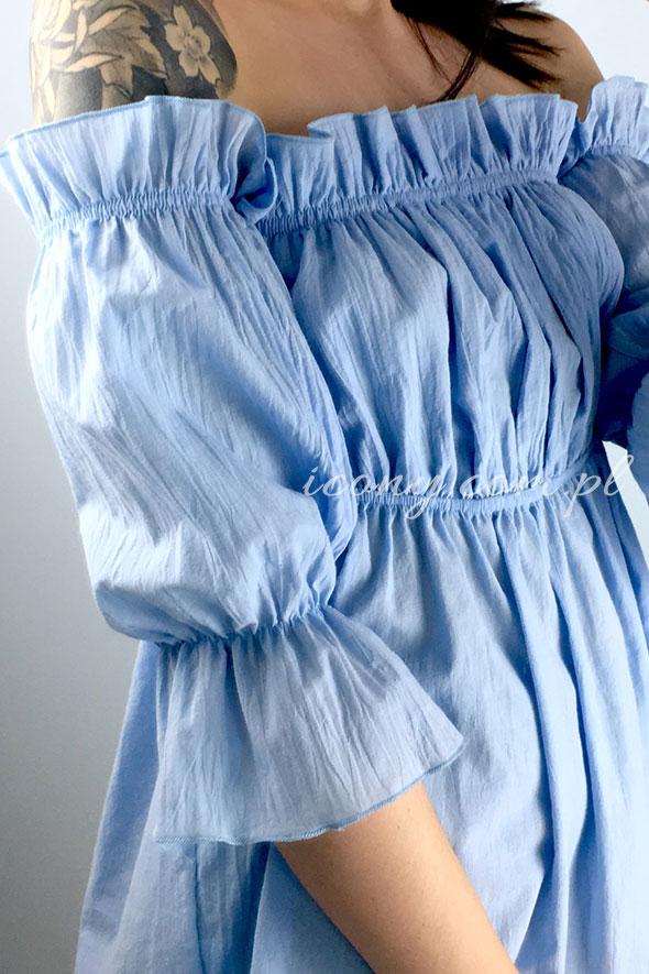Bluzka hiszpanka błękitna posiada wszytą gumkę na linii dekoltu, pod biustem oraz na rękawkach.