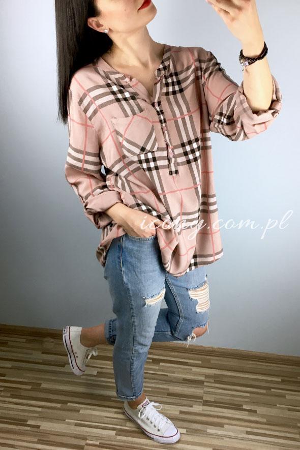 Bluzka oversize w kratkę podobną do burberry w stylizacji z jeansami i trampkami.