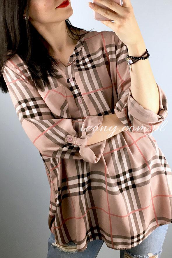 Luźna bluzka damska w angielską kratę z wywijanymi rękawami.