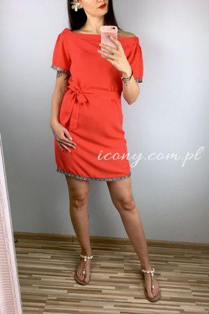 Sukienka letnia hiszpanka z ozdobnymi taśmami.