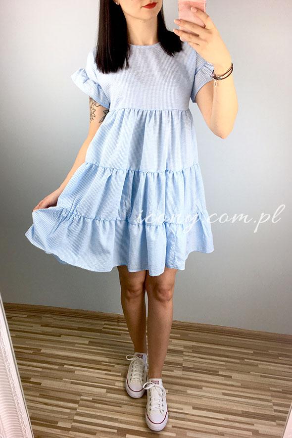 Sukienka letnia ciążowa błękitna w zestawieniu z trampkami.