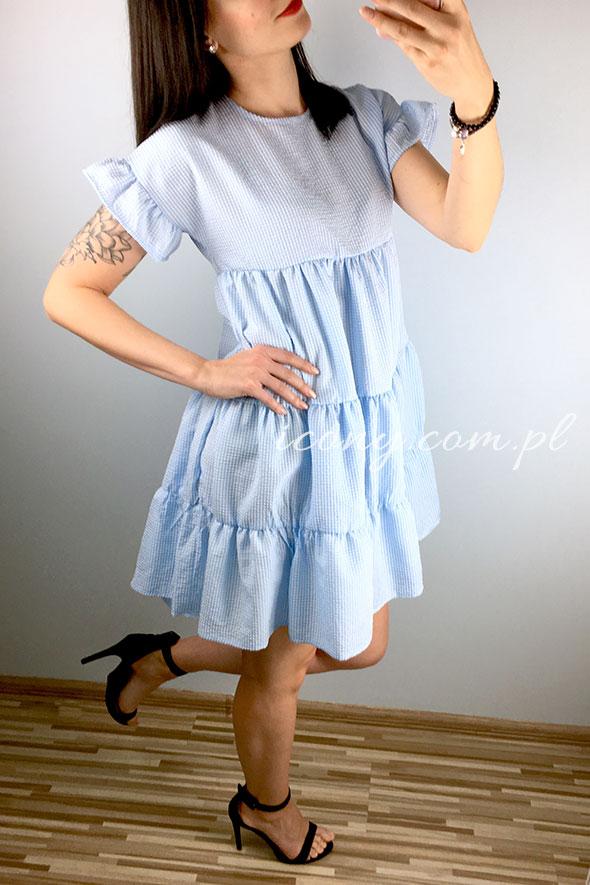 Sukienka letnia w drobną krateczkę z falbankami na rękawach.