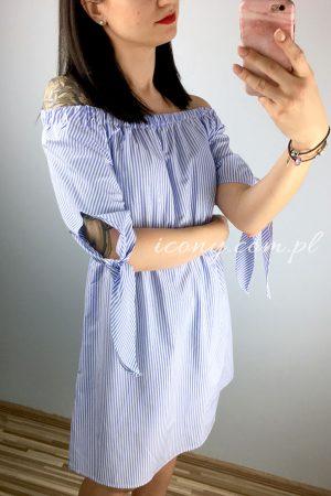 Sukienka hiszpanka w biało-niebieskie paski.