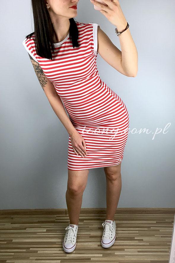 Sukienka w paski dopasowana z krótkim rękawkiem.