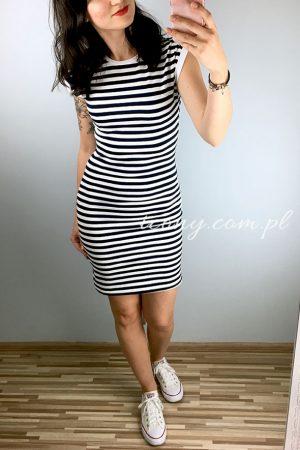 Seksowna sukienka w paski w połączeniu z białymi trampkami.