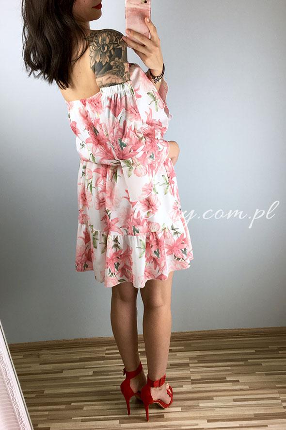 Sukienka rozkloszowana w różowe kwiaty.