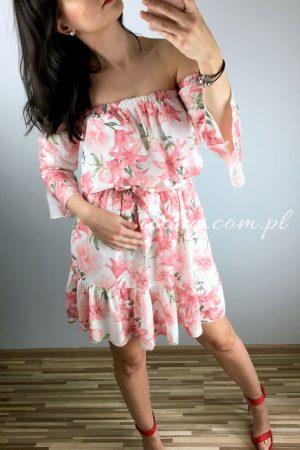 Sukienka letnia hiszpanka w kwiaty, wiązana w talii, rozkloszowana.