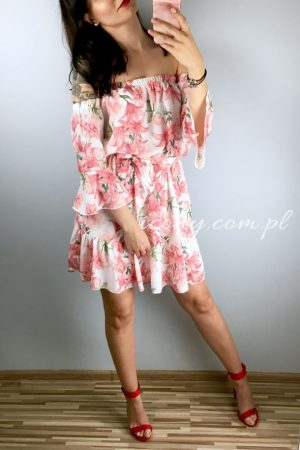 Sukienka hiszpanka w kwiaty różowe, wiązana w talii.