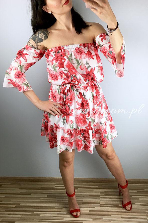 Sukienka letnia w czerwone kwiaty, rozkloszowana, wszyta gumka w pasie oraz na dekolcie.