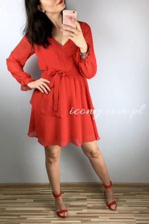 Seksowna czerwona sukienka uszyta z lekkiego i zwiewnego materiału, wiązana w talii.