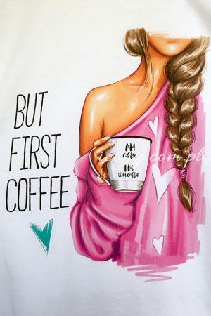 Nadruk na koszulce, rysunek kobiety z kubkiem kawy w różowej bluzce, obok napis but first coffee.