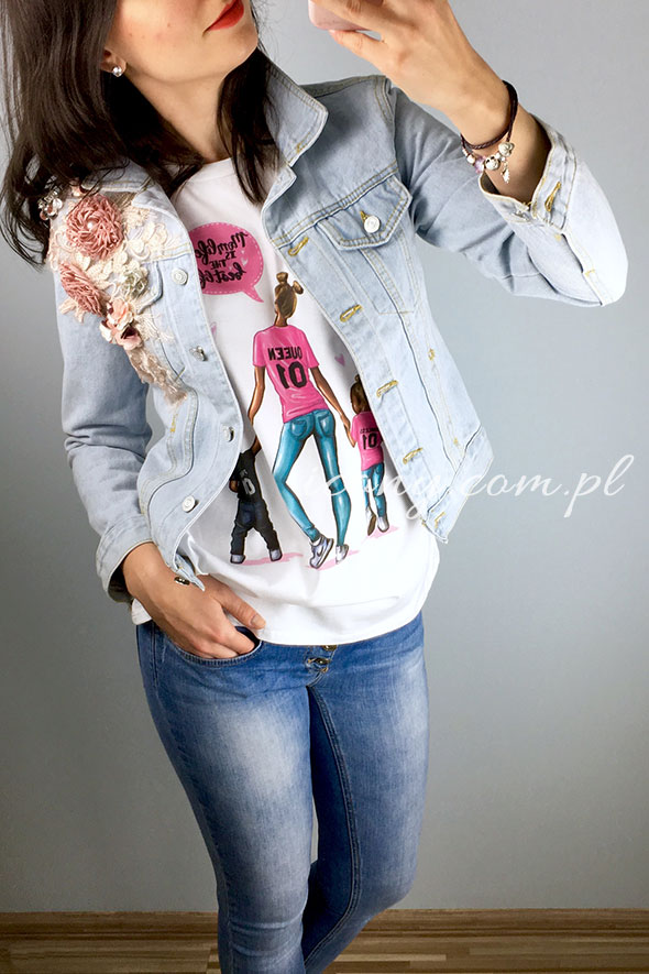 Koszulka damska z nadrukiem Momlife Queen w połączeniu z kurtką jeansową.