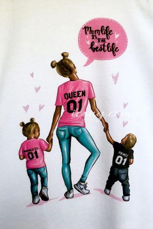 Koszulka z kolorowym nadrukiem mamy trzymającej za rączki córeczkę i synka.