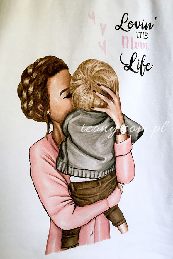Koszulka z nadrukiem mamy trzymającej na rękach małego synka.