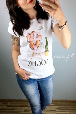 Koszulka biała z nadrukiem rysunku kobiety czytającej czasopismo Vogue.