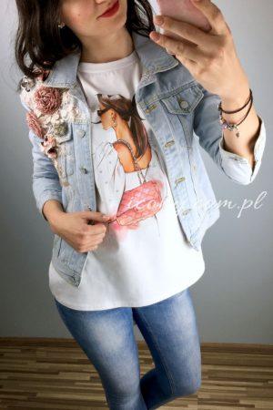 Koszulka z kolorowym nadrukiem Vogue w zestawieniu z kurtką jeansową z aplikacji 3D.