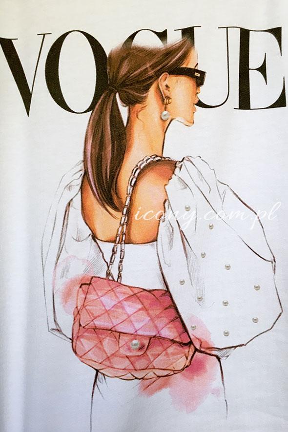 Koszulka z nadrukiem eleganckiej kobiety w białej koszulki z torebką chanel plus napis z tyłu Vogue.