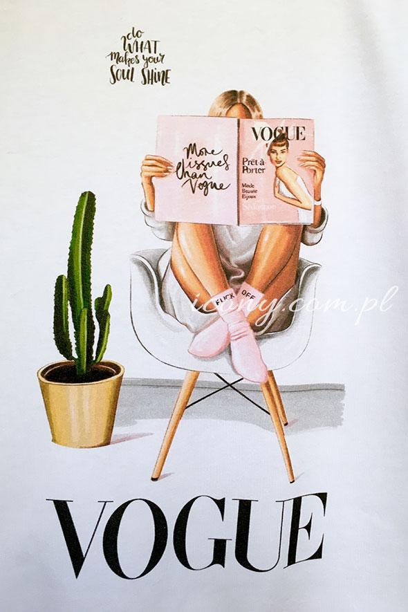 Koszulka z kolorowym nadrukiem kobiety siedzącej w fotelu i czytającej gazetę z napisem Vogue.